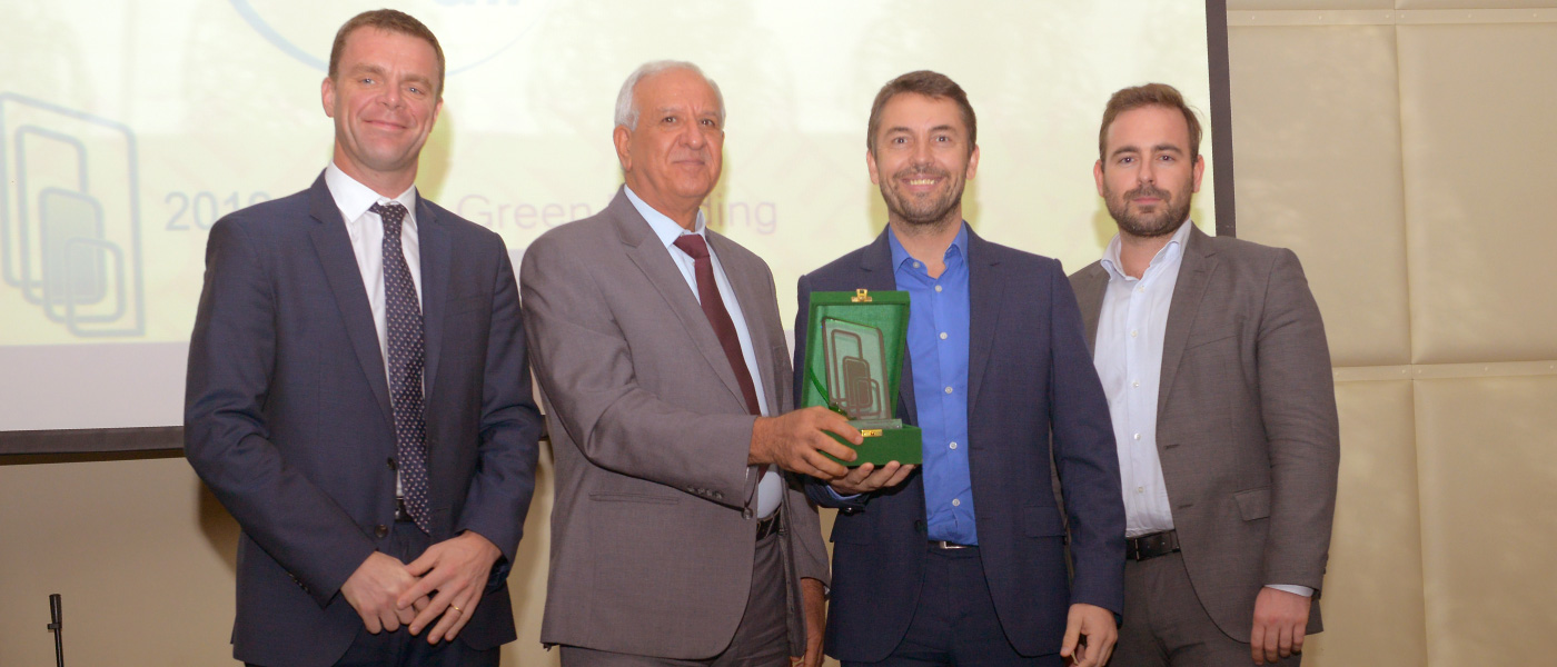 Gyproc team receiving the award from EmiratesGBC