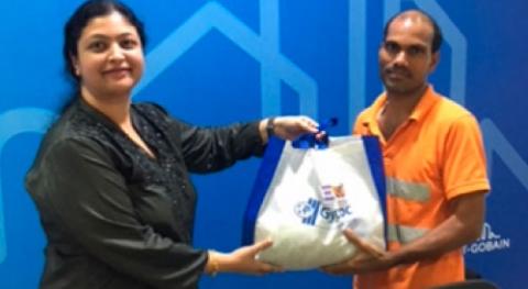 Donating food via Iftar bucket